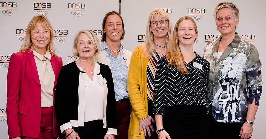 Die Sprecherinnengruppe mit Dr. Petra Tzschoppe, DOSB-Vizepräsidentin Frauen und Gleichstellung (von links):  Kloty Schmöller, Katharina von Kodolitsch, Sybille Hampel, Juliane Bötel, Silke Renk-Lange. Foto: DOSB/bewahrediezeit.de