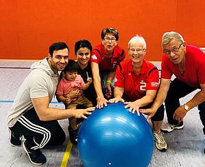 Ahmad Frotan und seine Familie haben in Käthe Schäffner (2.v.re.) und den Mitgliedern des SV Aerobic Arnstadt in Thüringen neue Freunde gefunden. Foto: Karin Kaufmann