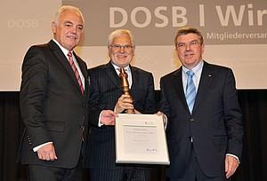 Markus Schächter freut sich über die Auszeichnung mit dem Preis Pro Ehrenamt. Es gratulieren Walter Schneeloch (li.) und DOSB-Präsident Thomas Bach. Foto: picture-alliance/Frank May
