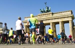 Läufer*innen beim Berlin-Marathon am Brandenburger Tor; Foto: picture-alliance