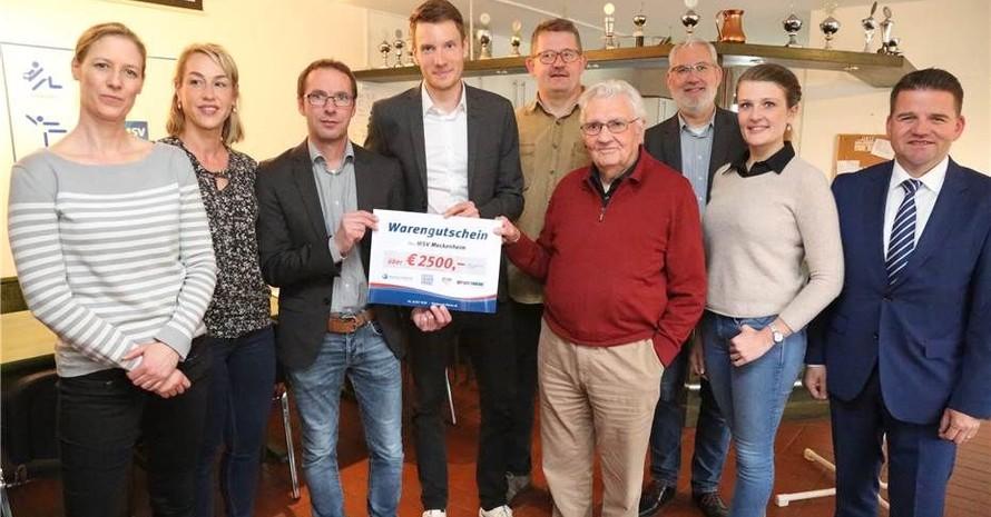 Im Vereinsheim bekommt der Meckenheimer Sportverein den Gutschein von DOSB und Deutscher Krebshilfe überreicht. Copyright: Blick Aktuell/StF