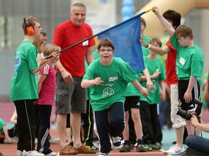 Kinder genießen ihre Erfolge beim Down-Sportlerfestival in Frankfurt. Foto: Deutsches Down-Sportlerfestival