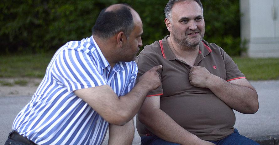 Die Fans Ali Aktuğ und Hakan Sarıkaya unterstützen den Verein seit 35 Jahren bei jedem Spiel und schauen manchmal auch beim Training zu. Foto: DJS/Länge