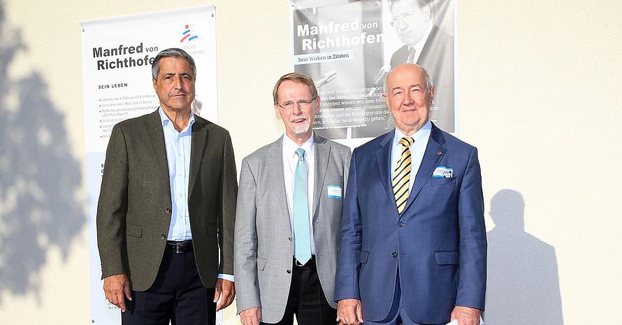 Kaweh Niroomand, Thomas Härtel und Norbert Skowronek (v.l.) vor dem neuen Manfred-von-Richthofen Haus. Foto: LSB Berlin/Engler