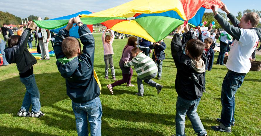 Kinder toben auf dem integrativen Spielfest der Bundesgartenschau 2011 in Koblenz. Foto: DBS