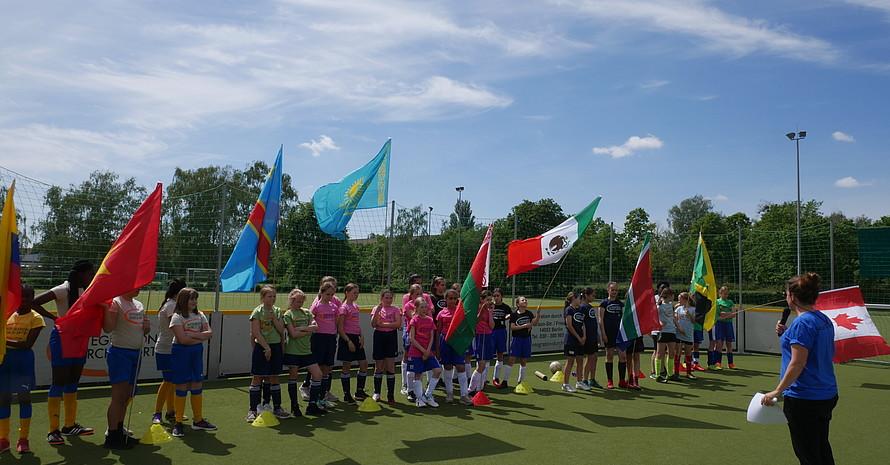 Vor dem Turnierstart versammelten sich noch einmal alle Teams zur Eröffnung bei sommerlichen Temperaturen...