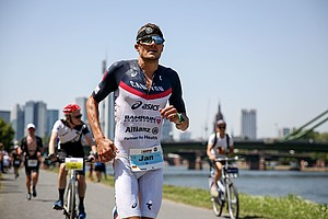 Jan Frodeno auf der Marathonstrecke am Frankfurter Mainufer; Foto: picture-alliance