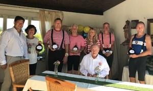 Hans Pfann an seinem 100. Geburtstag: Im Hintergrund gratulieren alte Turnerfreunde und rechts der TSV Vorstand Dr. Reiner Pech im original Turnergewand von anno dazumal. Foto: Gymmedia.de