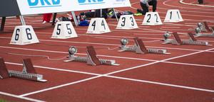 Laufbahn mit Startblöcken für einen Lauf