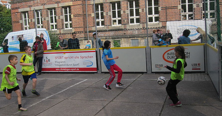 Fußballintegrationsturnier in der Socceranlage auf dem Schulhof.