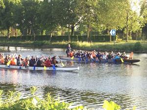 Teilnehmerinnen und Teilnehmer des Fachforums beim Drachenbootrennen. Foto: DOSB