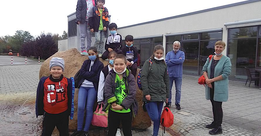 Foto: Familienzentrum Perl-Mettlach Die engagierten Mitarbeiter des Familienzentrums Perl-Mettlach mit den Kindern, die an den Schwimmkursen im Raum Merzig-Wadern teilnahmen (Rechts im Bild: Anja Hexamer).