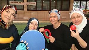 Vier muslimische Frauen voller Vorfreude