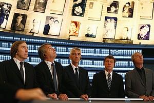 2013 besuchte eine Delegation des DFB, der auch Günter Netzer (li.) angehörte, die Gedenkstätte Yad Vashem in Jerusalem. Foto: picture-alliance