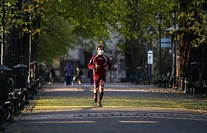Ein Sportler trägt Mundschutz und hält sich in der Coronakrise fit. Foto: picture-alliance
