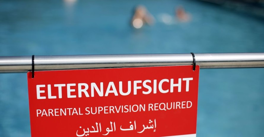 Appell an Eltern, Kinder, besonders ohne Schwimmfertigkeiten, nie ohne Aufsicht im oder am Wasser zu lassen. Foto: picture-alliance