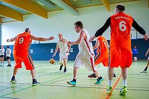 Basketballer vom Unified-Team Eiderbaskets zeigen bei der Pressekonferenz in Kiel ein kurzes Demospiel. Foto: Sascha Klahn