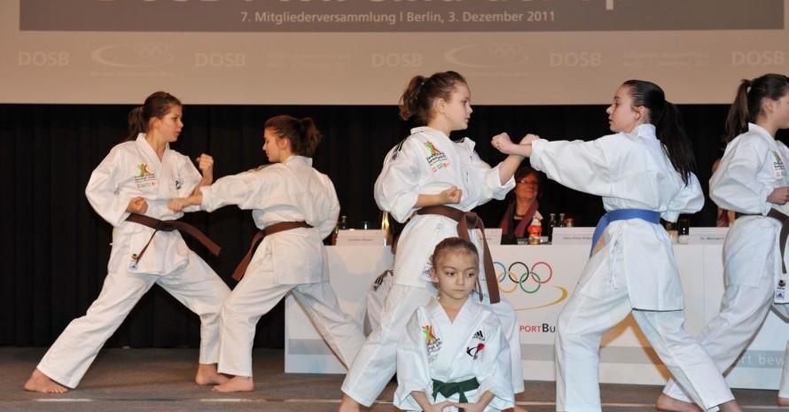 Die Karate-Kids vom TSV Binswangen begeisterten mit ihrer Vorführung die Delegierten und Gäste. Foto: picture-alliance/Frank May