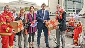 DLRG-Präsident Achim Haag übergibt Petition und Unterschriften an Marian Wendt (Vorsitzender im Petitionsausschuss), Dagmar Freitag (Vorsitzende im Sportausschuss) und Bundestags-Vizepräsidentin Petra Pau (v.r.n.l.). Foto: DLRG/Denis Foemer