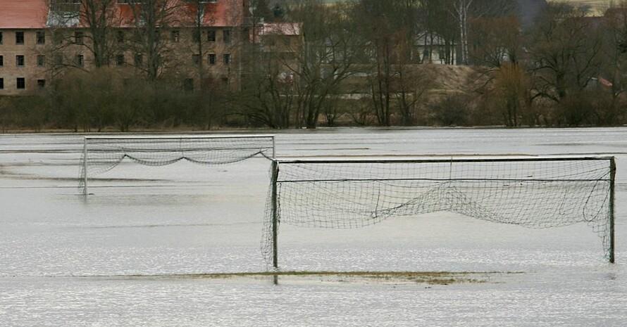 Von den aktuellen, katastrophalen Überschwemmungen in vielen Regionen Nordrhein-Westfalens und von Rheinland-Pfalz sind auch Sportvereine betroffen. Foto: picture-alliance