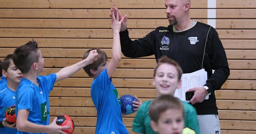 Danach sehnen sich Kinder und Jugendliche: Training im Verein mit dem/der Übungsleiter*in. Foto: picture-alliance