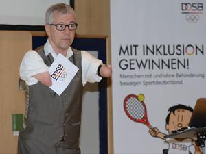 Rainer Schmidt gewann mit einem speziellen Schläger viele Medaillen im Tischtennis. Foto: DBS-Akademie/Ralf Kuckuck