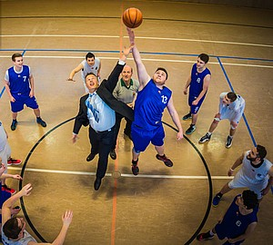 Die Volksbanken Raiffeisenbanken und der Sport gehören zusammen. 2016 bewarb die Volksbank Westeifel den Wettbewerb durch ein eigenes Motiv mit dem Vorjahressieger, der Basketballabteilung TuS Arzfeld. Bild: Raiffeisenbank Westeifel eG