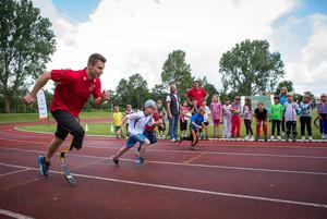 Sprinter und Weitspringer Markus Rehm (l.) beim Deutschen Sportabzeichen. Foto: wirkhaus/Meike Engels