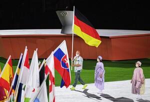Für Kanute Ronald Rauhe endete in Tokio seine sportliche Karriere. Zum Abschluss trug er die deutsche Fahne. Foto: picture-alliance