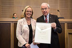 Die neue Präsidentin Christiane Krajewski mit im ihrem Vorgänger Gernot Mittler. Foto: SOD/Stefan Holtzem