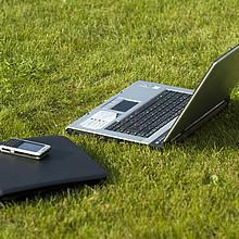 Mit Laptop und Smartphone lässt es sich von überall arbeitn. Foto: picture-alliance