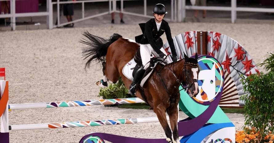 Julia Krajewski und ihr Pferd Amande de B`Neville sind auf Goldkurs im Parcours von Baji Koen Equestrian Park. Foto: picture-alliance