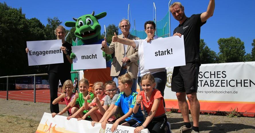 Richard Landwehr (mitte) ist seit 50 Jahren Sportabzeichen-Prüfer und nimmt seit 6 Jahren das Minisportabzeichen ab. Foto: Treudis Naß