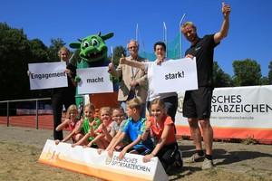 Richard Landwehr (mitte) ist seit 50 Jahren Sportabzeichen-Prüfer in Nordhorn und nimmt seit sechs Jahren das Minisportabzeichen ab. Foto: Treudis Naß