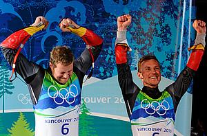 Patric Leitner (l.)und Alexander Resch feiern ihre Bronzemedaille. Copyright: picture-alliance