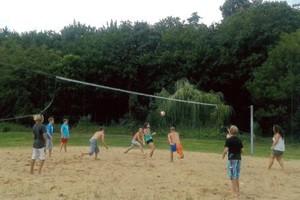 """Beachvolleyball zählt zu den favorisierten Aktivitäten der Kinder und Jugendlichen in Allstedt. Foto: Initiative """"Kinder- und Jugendcamps im Sommerbad"""" Allstedt"""