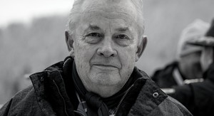 Walther Tröger mit leichtem Lachen. Bild in schwarz weiß