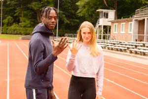 """Lysann Helms und Carl-Junior Boateng Mireku (Team Hamburg) haben ihre Privilegien gecheckt. Die Challenge soll aufzeigen, welche Privilegien sie aufgrund ihrer Herkunft und ihrer Hautfarbe genießen. Wird die Frage mit einem """"JA"""" beantwortet, dann wird ein Finger der ausgestreckten Hand heruntergenommen."""