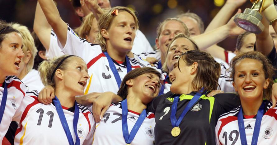 2007 werden die deutschen Fußballfrauen zum zweiten Mal Weltmeisterinnen. Foto: picture-alliance
