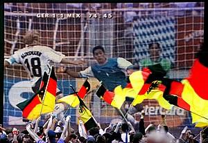 Deutsche Fussball-Fans jubeln 1998 in Oberhausen vor einer Videowand, als der damalige Stürmer Juergen Klinsmann im WM-Spiel zwischen Deutschland und Mexiko das 1:1 erzielt. Foto: picture-alliance