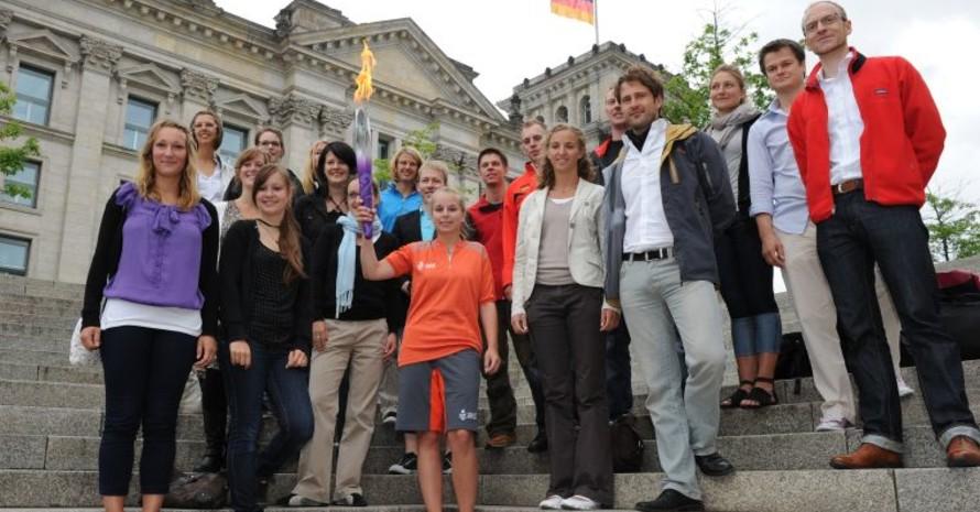 Veronika im Kreis der Workcamp-Teilnehmer, Fotos: picture-alliance