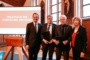 Geehrte und Laudatoren (v.li.): Alfons Hörmann, Reinhard Rauball, Klaus-Michael Braumann, Gudrun Doll-Tepper; Foto: DOSB/Jan Haas