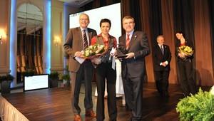 DOSB-Präsident Thomas Bach und DOSB-Generaldirektor Michael Vesper überreichen Sabine Spitz die Auszeichnung. Foto: Bowinkelmann