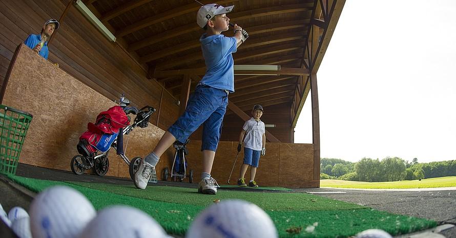 Kinder haben beim Golfen schnell den Schwung raus. Foto: picture-alliance