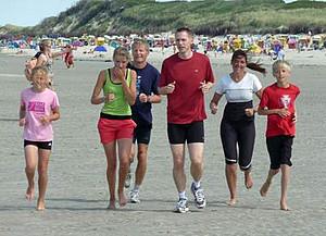 Frank Busemann (mitte) nimmt in Langeoog wieder das Sportabzeichen ab. Foto: langeoog-news.de