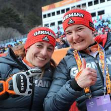 Anna Schaffelhuber (l.) und Anna-Lena Forster gewinnen Silber und Gold im Super-G. Foto: picture-alliance