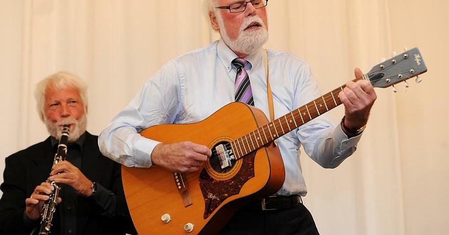 Zum Abschluss der Veranstaltung spielte und sang Gunter A. Pilz den Jailhouse Rock. Foto: picture-alliance