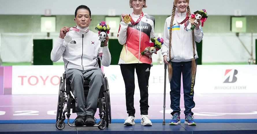 Strahlende Natascha Hiltrop mit ihrer Goldmedaille, umrahmt von Park Jinho (Silber) aus Südkorea und Iryna Shchetnik aus der Ukraine; Foto: picture-alliance