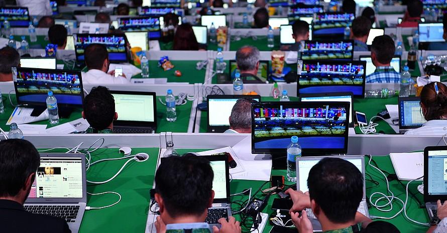 Journalisten bereiten auf der Pressetribüne im Maracana-Stadion ihre Ausrüstung vor zur Berichterstattung bei der Eröffnungsfeier der Olympischen Spielen 2016 in Rio de Janeiro. Foto: pictuere-alliance