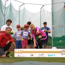 Kinder und Erwachsene werfen einen Ball bei der Sportabzeichen Tour 2018. Foto: DOSB/Treudis Nass